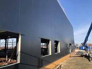 Die Aussenfassade wurde mit den Sandwichelementen fertiggestellt und auch das große Rolltor ist bereits montiert. IMG_5634