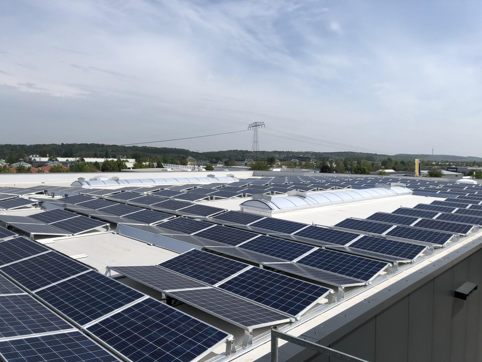 Die Montage der Photovoltaikanlage ist abgeschlossen.
