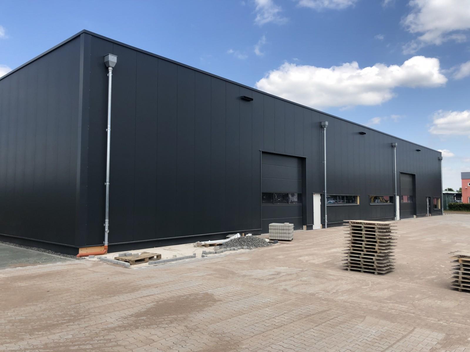 Pflasterarbeiten vor der Halle | Neubau | UFG Umformtechnik GmbH